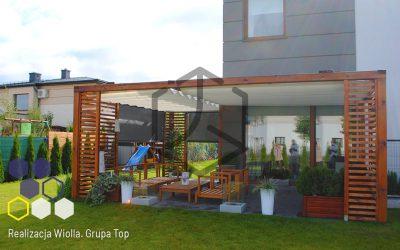 Wyrafinowana osłona przeciwsłoneczna: pergola Top Light na drewnianej, ażurowej konstrukcji — realizacja Wiolla