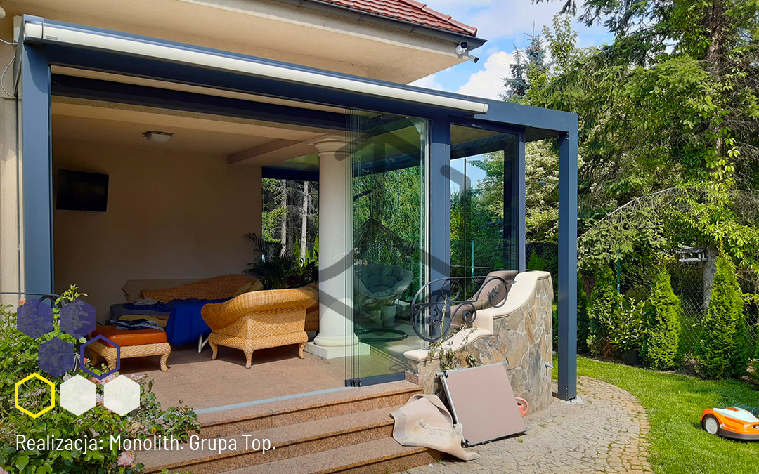Jak połączyć nowoczesną pergolę lamelową z klasyczną formą domu?  – Realizacja firmy Monolith